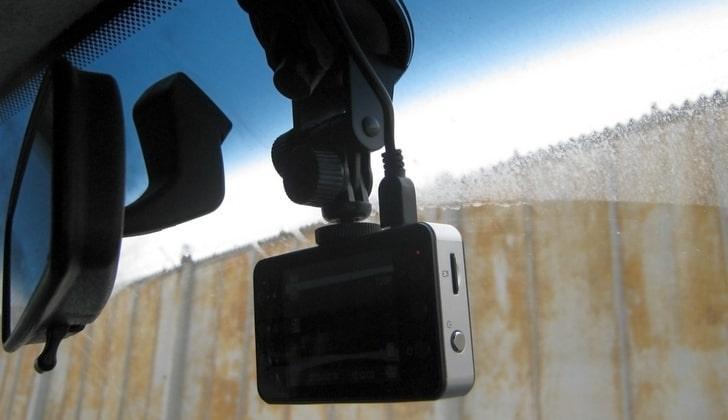 Видеорегистратор в салоне авто