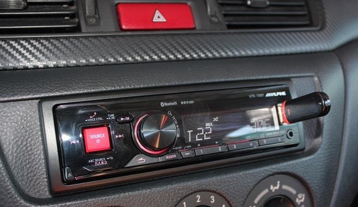 Аудиосистема Алпайн считывает флешку