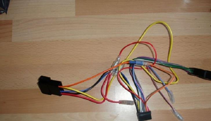 Черный, желтый и красный провода