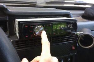 Что делать если при заведенном двигателе машины фонит магнитола