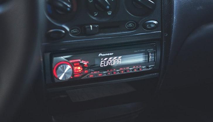 Магнитола в салоне авто