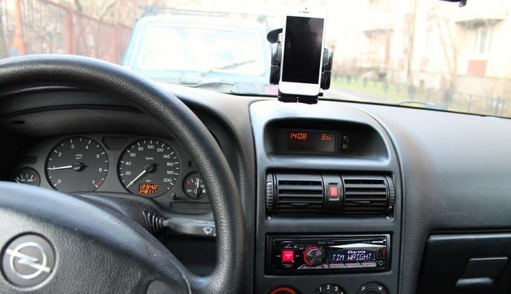Подключение iPhone предусмотрено