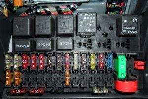 Где находится предохранитель магнитолы на автомобиле Лада Приора (Priora) и как его заменить