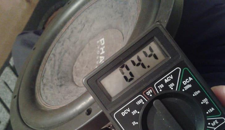 Измеряют сопротивление сабвуфера