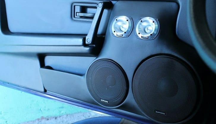 Колонки в дверях авто