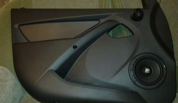 Компонентное устройство в передней двери