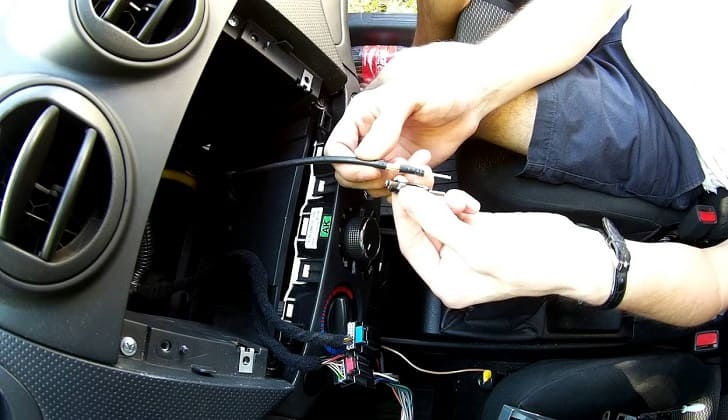 Монтаж антенного адаптера в салоне авто