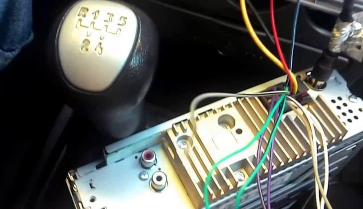 Подключение кабелей в разъемы проигрывателя