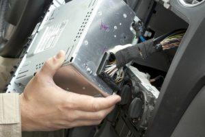 Как снять магнитолу и правильно вытащить из панели без съемников и с ключами
