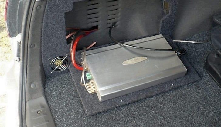 Усилитель в багажнике