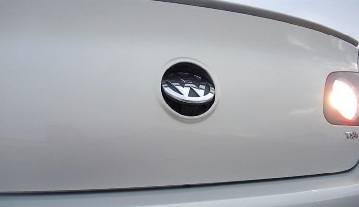 Камера в эмблеме VW