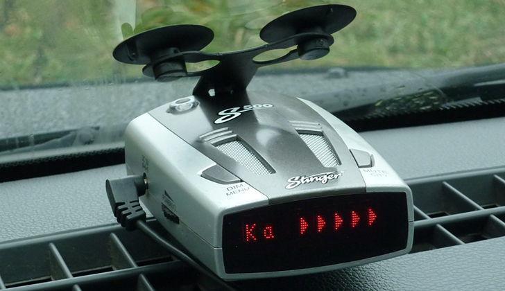 Антирадар Stinger S500 в салоне автомобиля