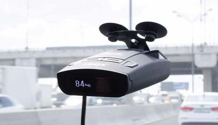 Детектор iBox 800 Pro прикреплен к стеклу машины