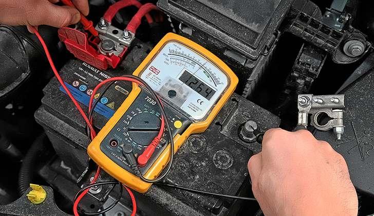 Проверка аккумулятора с помощью вольтметра