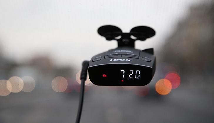 Радар iBox прикреплен к автомобильному стеклу