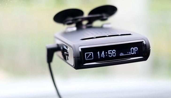 Радар прикреплен к лобовому стеклу машины