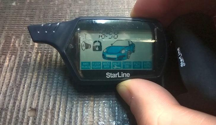Брелок StarLine A61 в руке