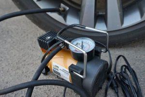Как накачать колесо автомобиля компрессором от прикуривателя