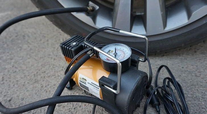 Как самому накачать колесо автомобиля компрессором от прикуривателя